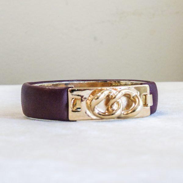 Bracelet in calf leather with gold plated large chain style closure